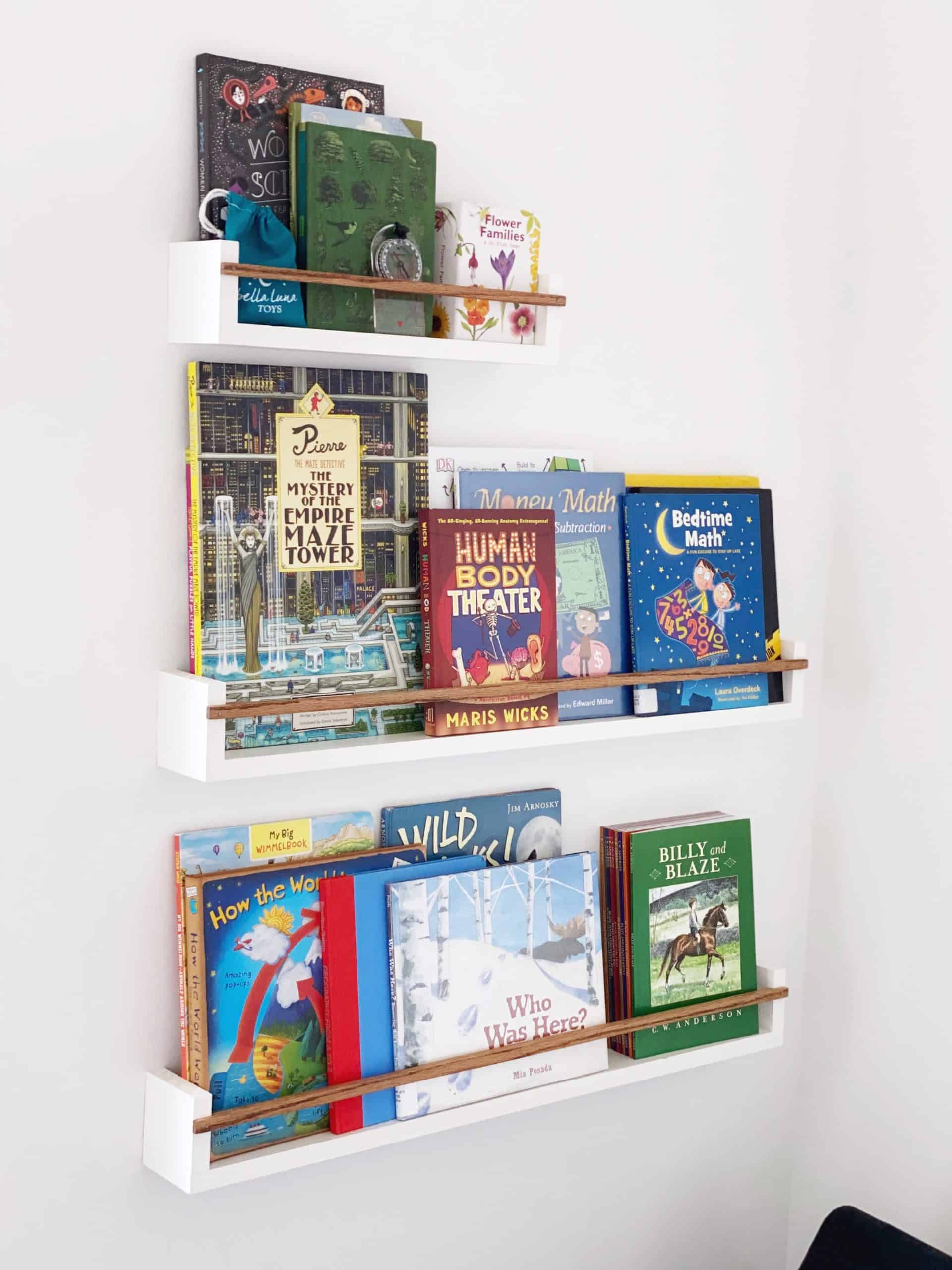Entice your kids to read more books by displaying them forward-facing! Learn how to build these modern and minimalist floating bookshelves by visiting www.freeandunfettered.com. #modernfarmhouse #showmeyourstyled #montessoriathome #montessoriathome #raisingreaders